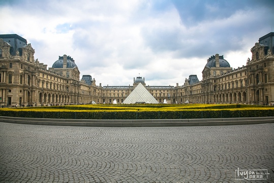 之后在卢浮宫玻璃金字塔广场自由活动