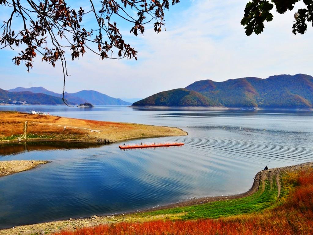 庆岭是吉林省吉林市所辖蛟河市一个山谷小村的名字,紧邻松花湖,庆岭森