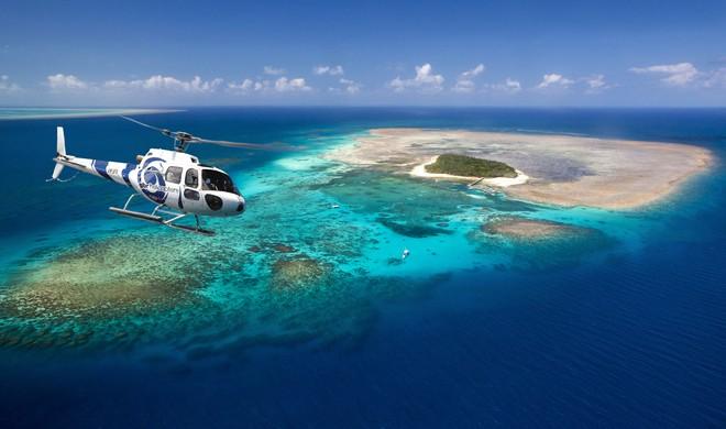 或选择乘坐玻璃底船前往绿岛外围海域观赏多姿多彩的