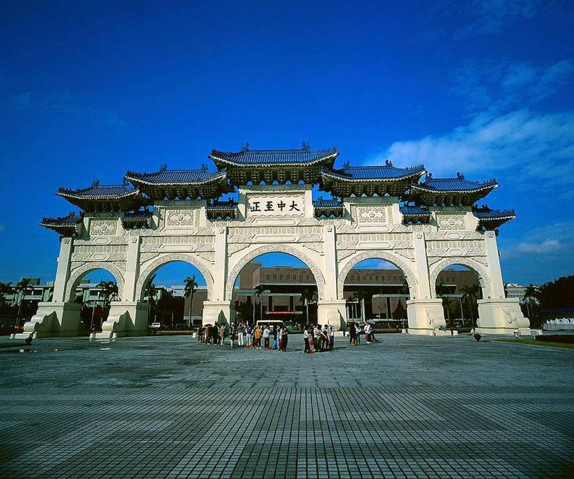 以中国唐朝宫殿式为风格,古风浓郁,入口大厅的国父铜像是陈一帆大师的