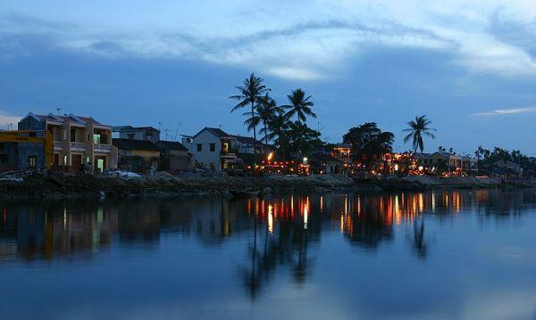 岘港市政府为了护佑黎民百姓,保护岘港这个海港城市, 特在山茶半岛建