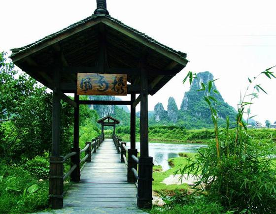 """游览有""""洞中九寨""""之称的 荔浦荔江湾大自然生态风景区 (约  60 分钟)"""