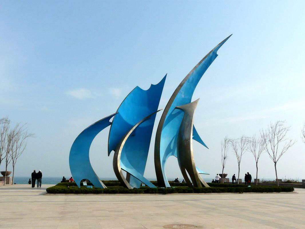 游览【青岛雕塑园海滨风景区】(约60分钟):漫步鹅卵石铺装的林荫小道
