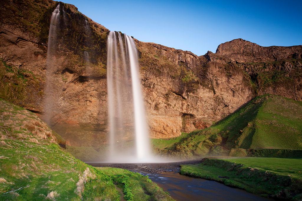 开启冰岛南岸的自然体验,途径塞里雅兰瀑布高度50 米,在瀑布后行走,有