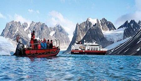 在冰山峡湾间巡航,探索罕见的野生动物及北极探险的