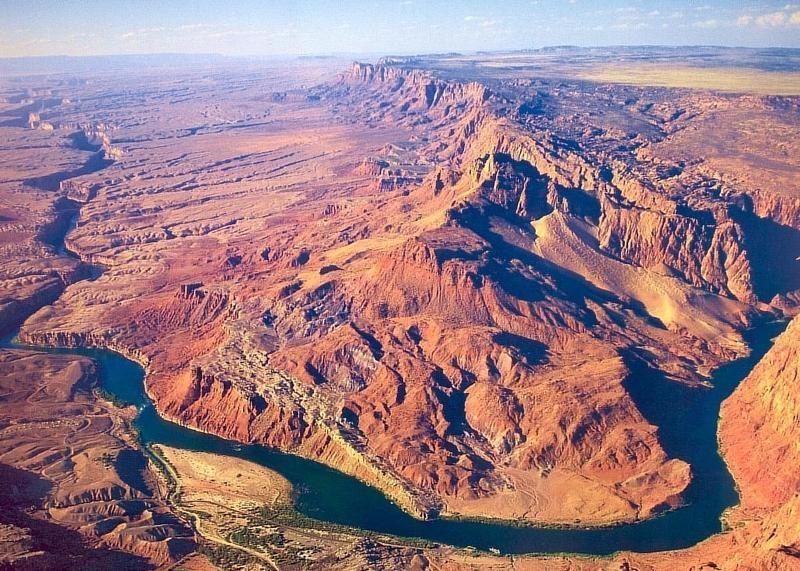 今日上午自由活动,推荐自费活动:前往乘车前往世界七大自然奇景之一的【科罗拉多大峡谷】。它位于亚利桑那州,分为南北两部分,是美国自然景色的代表、世界上罕见的自然奇观。据说,这个大峡谷是在太空中俯瞰地球时唯一可见的自然景观。已列入联合国世界自然遗产名录。科罗拉多大峡谷谷底宽度在200~29000米之间。早在5000年前,就有土著美洲印第安人在这里居住。大峡谷岩石是一幅地质画卷,反映了不同的地质时期,它在阳光的照耀下变幻着不同的颜色,魔幻般的色彩吸引了全世界无数旅游者的目光。1903年美国总统西奥多&middo