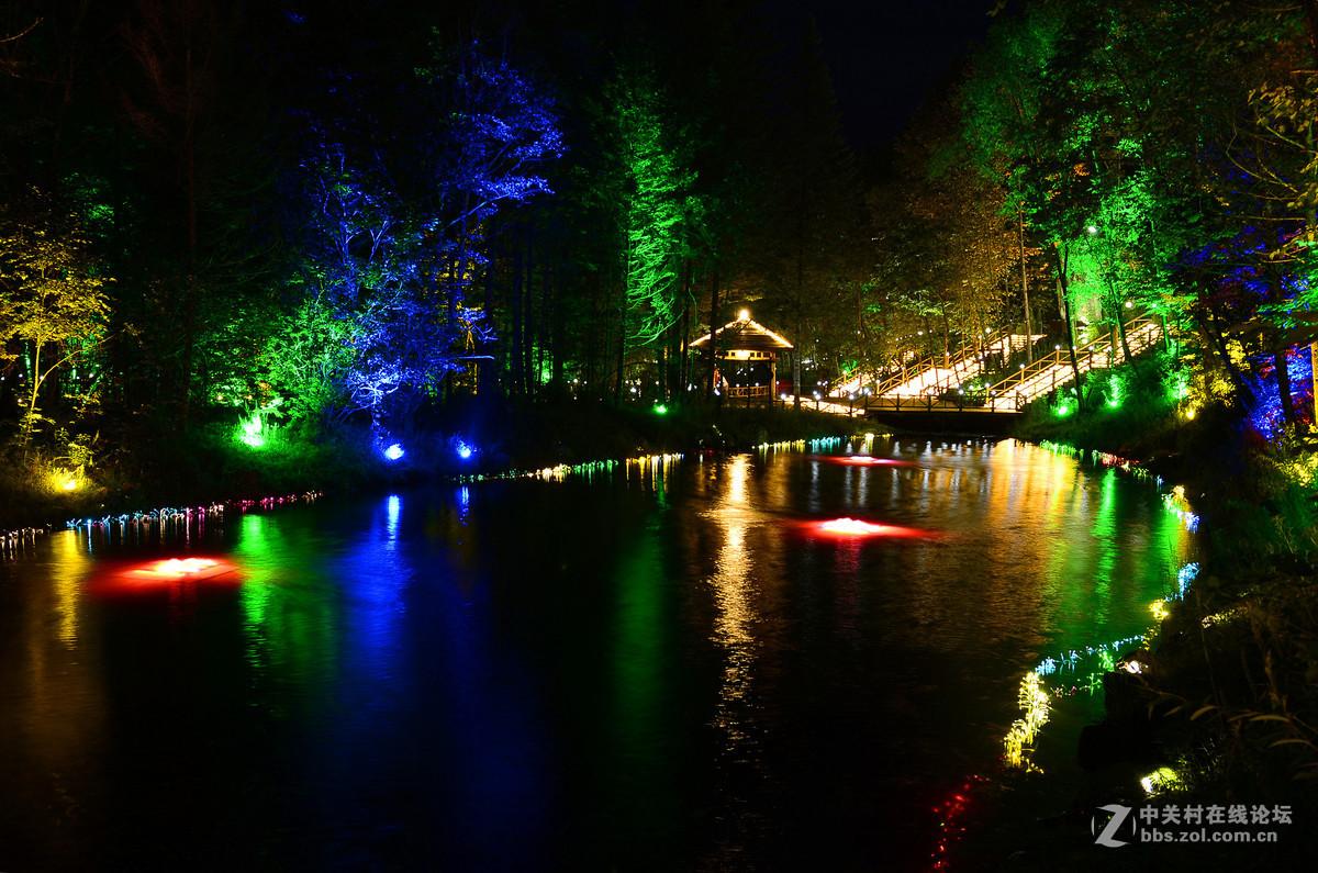 大戏台河两岸林木葱郁,荫蔽幽静,生长着长白山保存最完好的原始森林带
