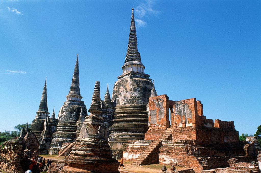 美丽的佛塔四周有很多尊佛像环绕着