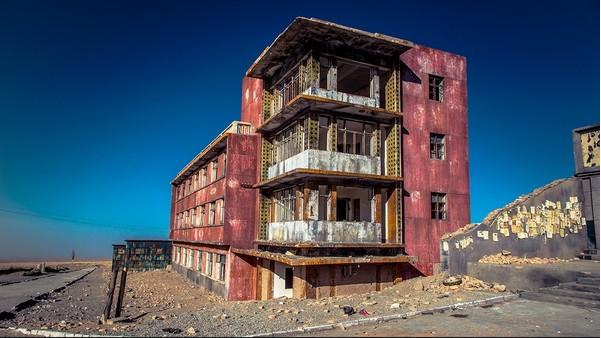 这里是《九层妖塔》,《西风烈》的取景地,斑驳的小镇里保留的特殊年代