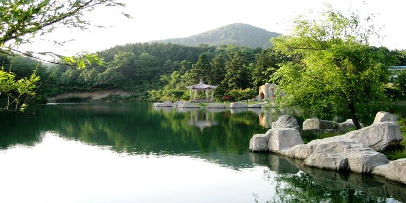 景区内山水秀美,景色瑰丽,风景名胜众多,人文景观厚积,如梁弄浙东区