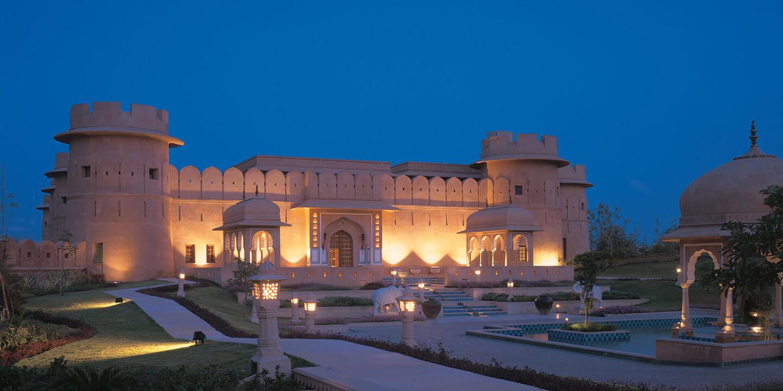 印度顶级酒店集团The Oberoi Group成立于1934年,旗下有两个子品牌,分别是Oberoi Hotels & Resorts和Trident Hilton。目前集团管理32家酒店。Oberoi旗下酒店获奖无数。我们这次选择入住的Oberoi Amarvilas、Oberoi Rajvilas和Oberoi Udaivilas都曾被旅游杂志Cond Nast Traveller评选为全球十大酒店。Oberoi的独树一帜之处在于,旗下酒店大都分布于古文明国度如印度、埃及、印度尼西亚等地,且