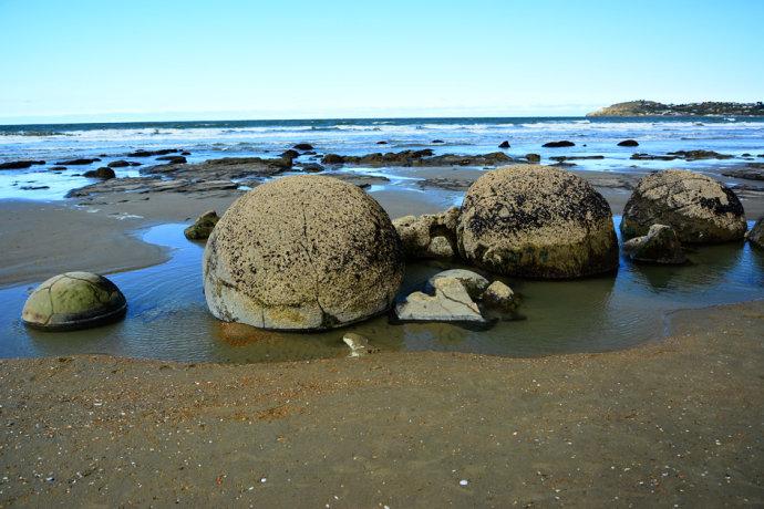 途经过 【毛利基石沙滩】,那些重约四吨,外形圆滑的的巨大珀蛋形圆石