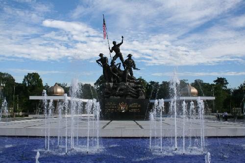 英雄纪念碑前面的雕塑