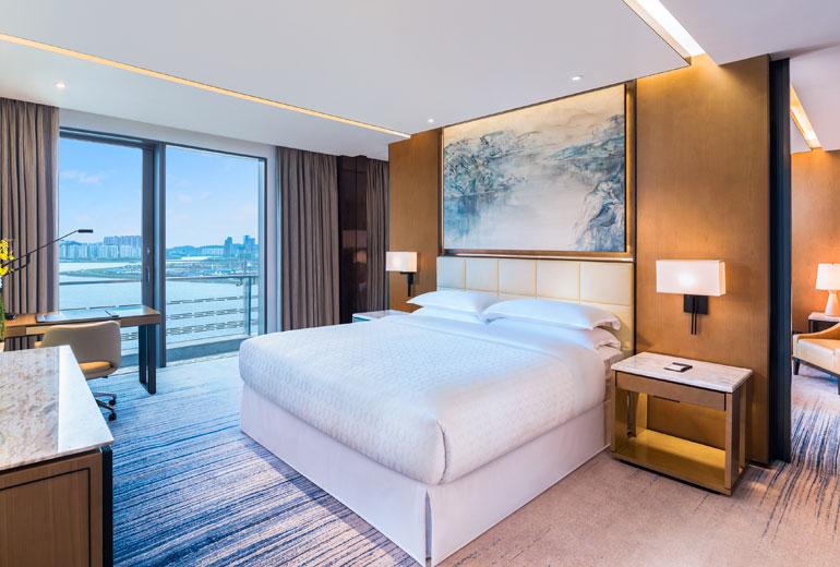 酒店坐落于美丽的海滨之畔,约15分钟车程即可抵达珠海长隆海洋王国