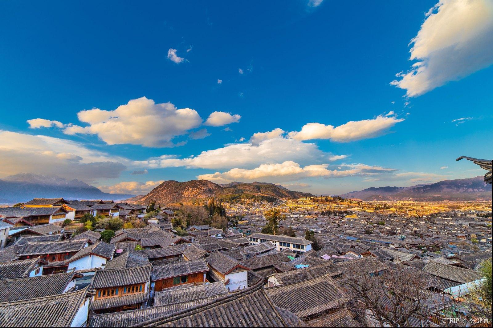 彝族自治县县城就餐,在下午2点半左右到达泸沽湖观景台,欣赏风景如画