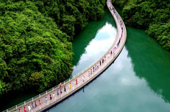 6公里,是罕见的峡谷环线结构,峡谷内洞穴,象形石,瀑布等景点遍布其中