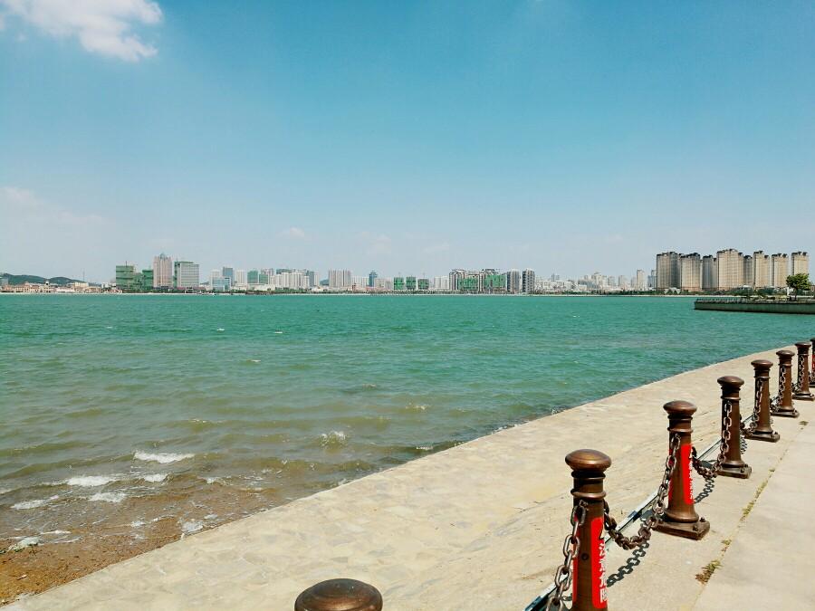 早餐后乘车赴奥运之城,帆船之都-青岛;抵达青岛市黄岛,游览 【唐岛湾