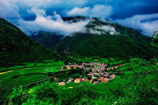 碉楼藏寨,感受浓郁的藏羌风情,经过理县抵达古尔沟或者米亚罗用午餐